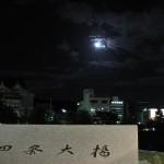 四条大橋に満月が浮かび上がります