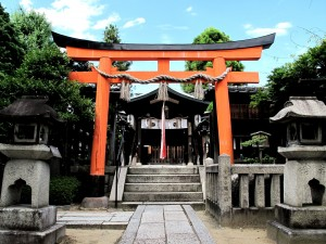 剣神社の境内にて